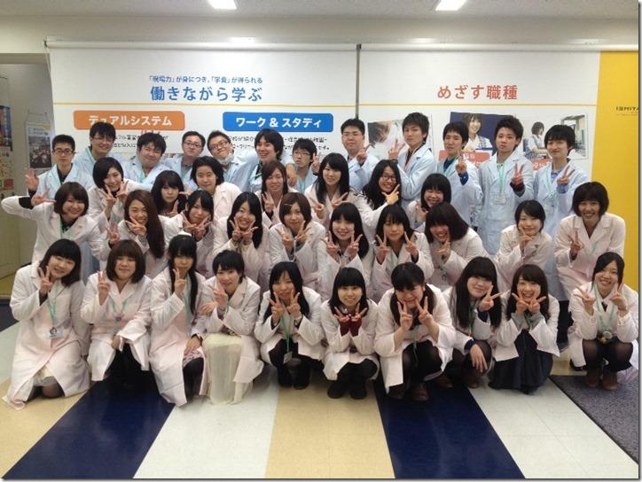 H26登録販売者学科1年生白衣集合写真-23