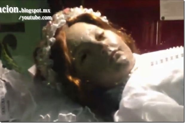 Moment-long-dead-corpse-of-child-saint-Santa-Inocencia-opens-its-eyes (1)