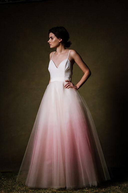 純白のウェディングドレスはもう古い?グラデーションドレスで結婚式にいろどりを