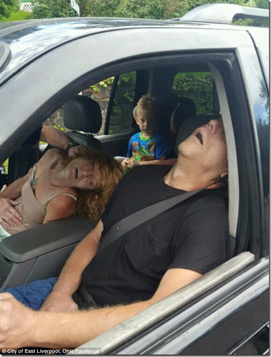 【衝撃】薬物中毒の両親を撮影した映像がやばすぎる…。これ半分ウォーキングデッドだろ【ヘロイン中毒】