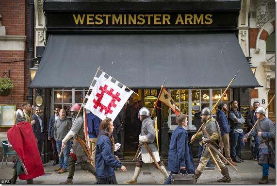 イギリスの街中を中世の騎士に扮した1000人以上のオッサンが大行進!その目的とは?【ヘイスティングスの戦い】