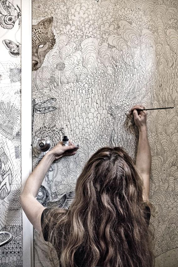 自宅のトイレにかけた小さな魔法。退屈な空間をアートに変えた女性デザイナーの作品(海外の反応)