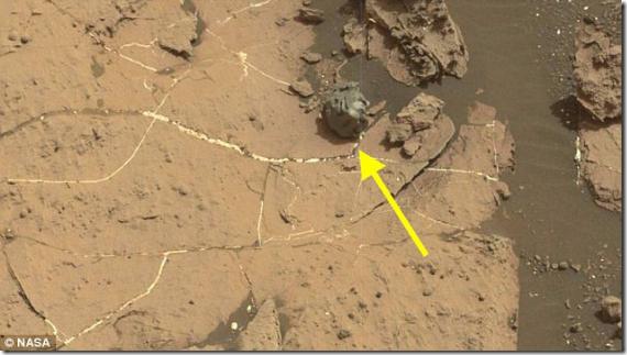 【画像】火星表面で謎の卵が発見される!ロボット生命体の痕跡なのか隕石なのか…。
