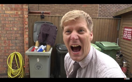 またおバカなことやってる・・・。マネキンの下半身を使ったゴミ粉砕機が発明される!