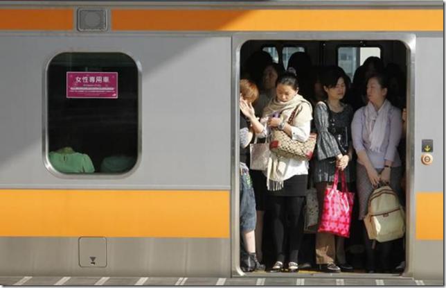 小池東京都知事が目指す満員電車解消に外国人も懐疑的な見方?(海外の反応)
