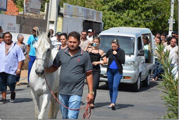 horse-goodbye-owner-funeral-brasil-7