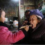 中国の現実|5歳の少女、幼稚園に通えず老婆二人の介護を一人きりでおこなう。