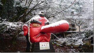 天狗の鼻が折れちゃった!日本人のとるユーモア溢れる応急処置に海外から称賛の声
